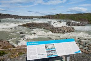 Die Infotafel am Parkplatz mit vielen Informationen zum Urriðafoss auf Isländisch und Englisch