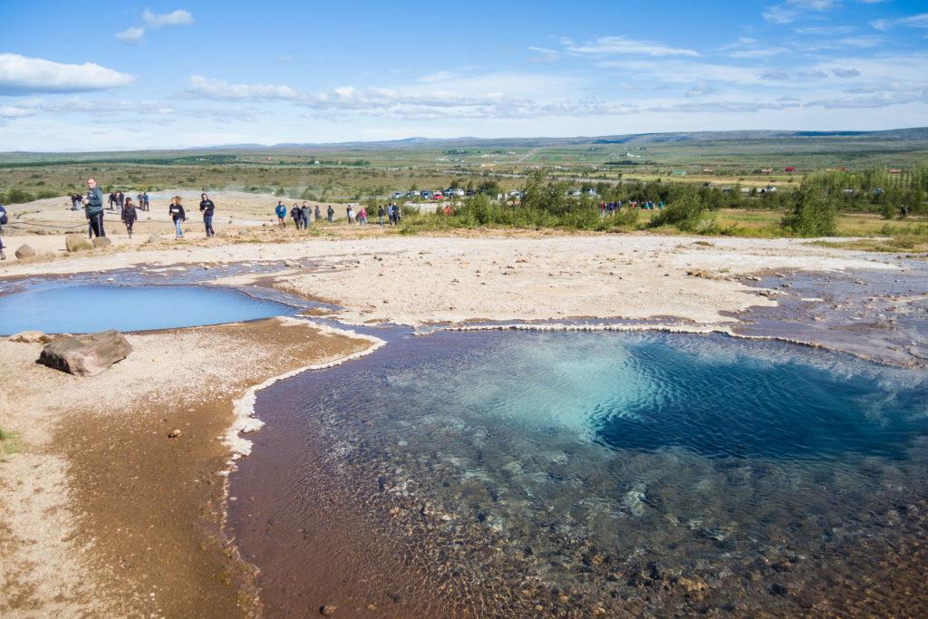 Zwei kleine Heißwasserteiche, der eine milchig-blau, der andere mit ganz klarem Wasser