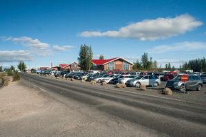 Das Geysir-Center mit dem großen Parkplatz