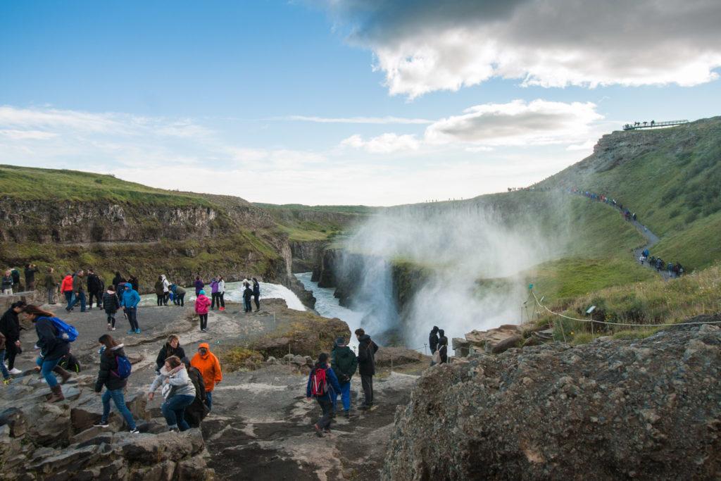 Das Felsplateau im Fluss, von dem aus man beide Stufen des Gullfoss beobachten kann