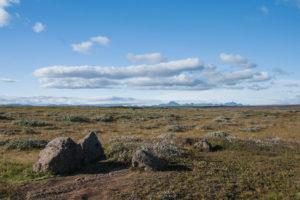 Der Blick nach Westen. Weite Landschaft und ganz hinten die Bergkette