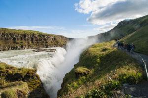 Der Weg zum Aussichtsfelsen führt an der zweiten Stufe des Wasserfalls entlang