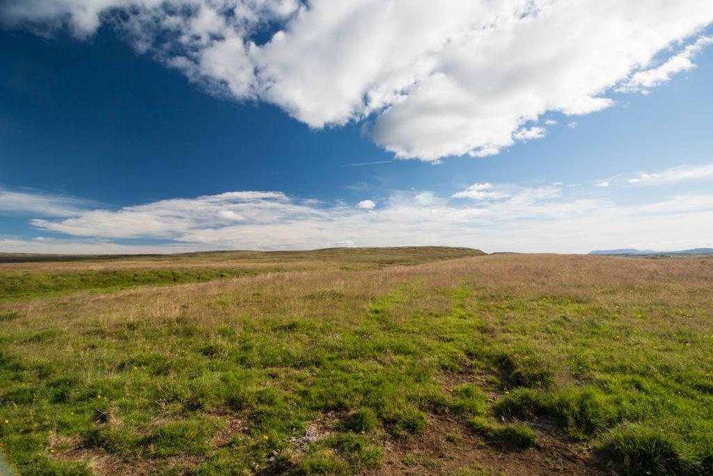 Weite Golden-Circle-Landschaft auf dem Weg zum Gullfoss