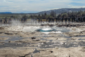 Die Wasserglocke, die sich unmittelbar vor dem Ausbruch des Strokkur bildet