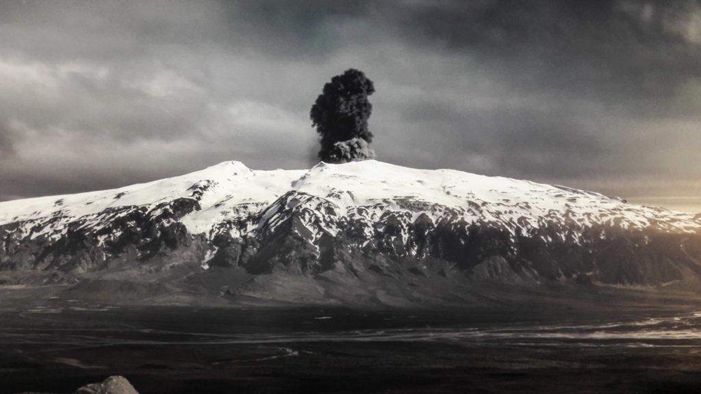 Einen Vulkanausbruch direkt erleben kann man im Raum mit den Videowänden