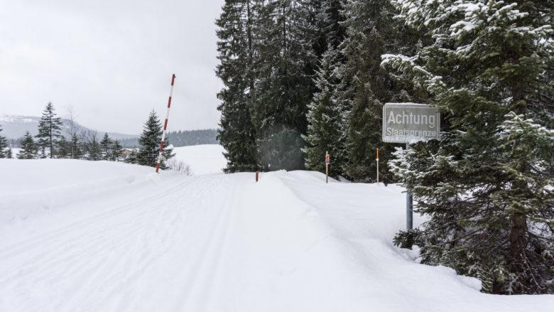 Achtung Staatsgrenze - An der Winklmoosalm Richtung Deutschland. Chiemgauer Alpen