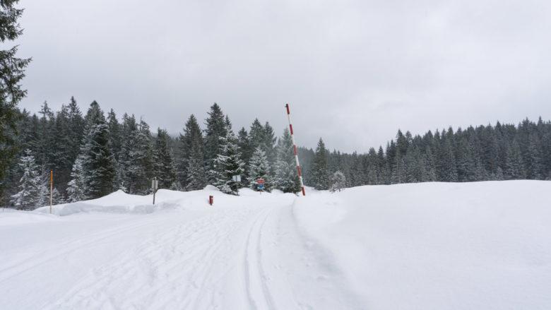 Die Grenze nach Österreich an der Winklmoosalm. Chiemgauer Alpen
