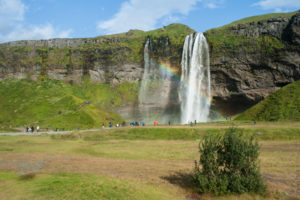 Die Felskante von der der Seljalandsfoss hinabstürzt