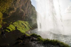Der Weg hinter dem Wasserfall ist feucht und glitschig