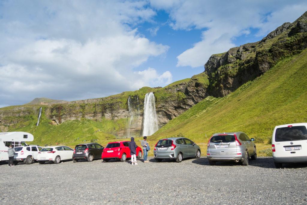 Vom Parkplatz aus ist es nur noch ein kurzes Stück bis zum Seljalandsfoss. Links im Bild ist der Gljúfurárfoss