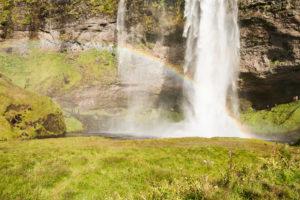 Der Regenbogen über dem See
