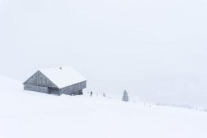 Hütte mit viel Landschaft drum herum