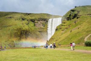 Der Skógafoss, hier auch wieder mit einem Regenbogen