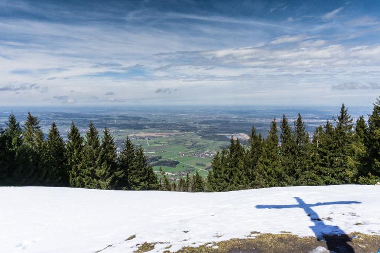 Weiter Blick vom Gipfelkreuz über das Voralpenland