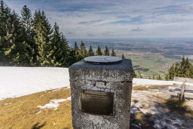 Der Messpunkt neben dem Gipfelkreuz