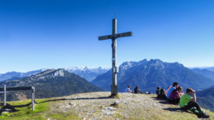 Am Gipfelkreuz des Fellhorn, mit Blick auf den Watzmann und die Loferer Steinberge
