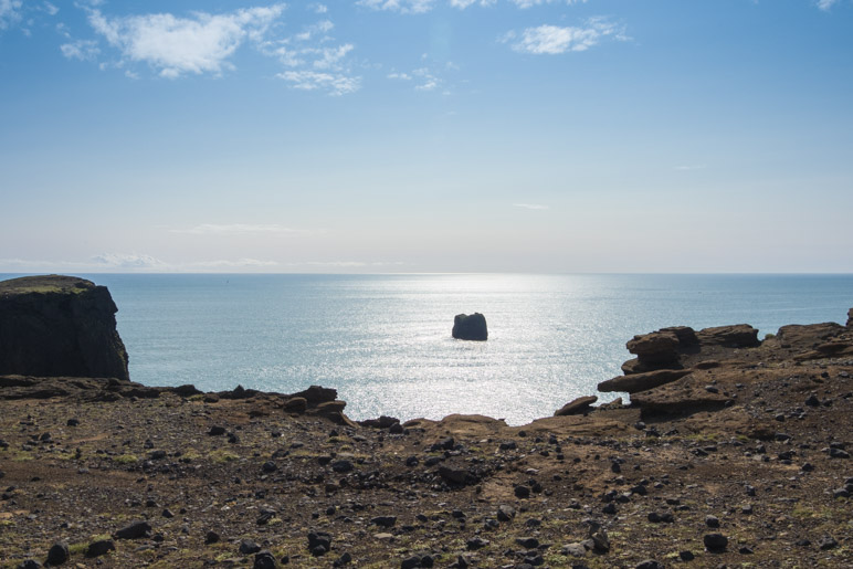 Einer der kleinen Felsen, die Kap Dyrhólaey vorgelagert sind