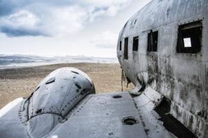 Das Flugzeugwrack am Strand in Island vor dem Gletscher