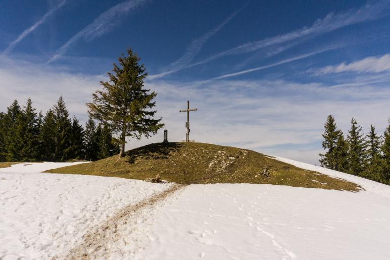Direkt unterhalb vom Gipfelkreuz liegt noch eine größere Schneefläche