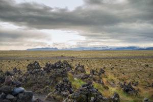 Laufskálavarða und die Katla. Die Straße im Bild ist eine Nebenstraße der Ringstraße