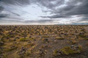 Hunderte von Steinmännchen stehen rund um den Lavahügel Laufskálavarða