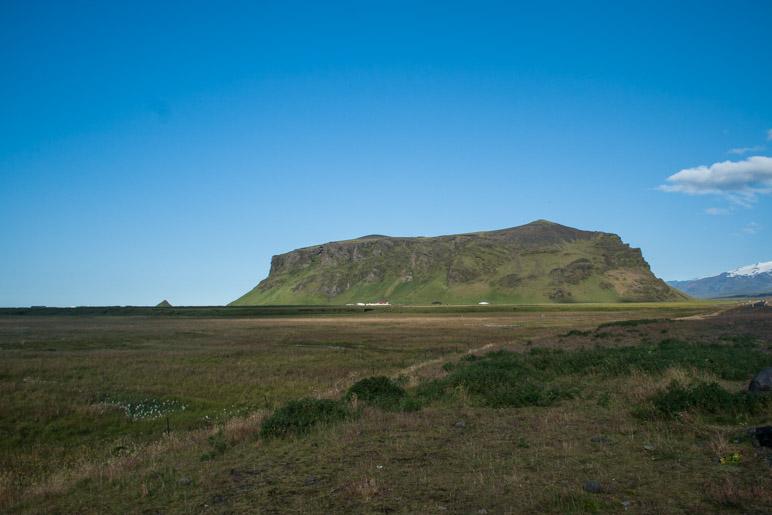 Der 275 Meter hohe Pétursey, links daneben steht der kleine Kegelberg Eyjarhóll