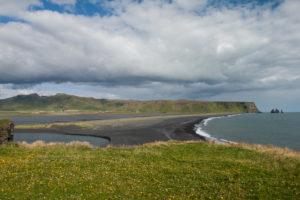 Der schwarze Strand Reynisfjara und die Reynisdrangar-Felsen
