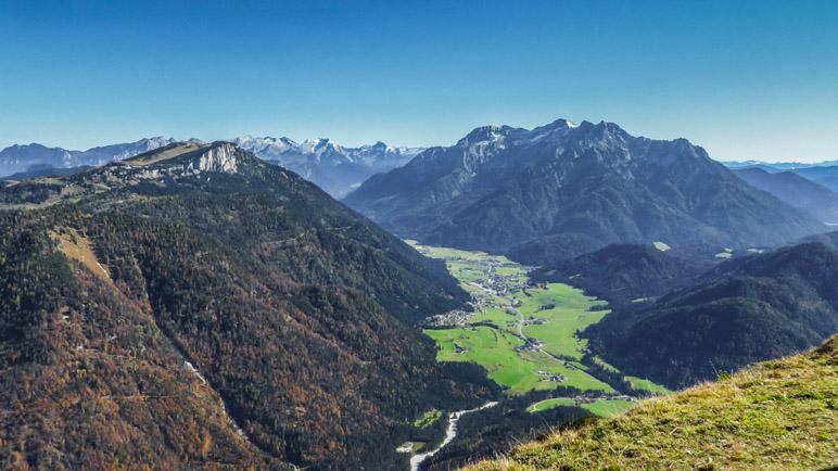 Der Blick hinüber zur Steinplatte. Im Hintergrund die Berchtesgadener Alpen mit dem Watzmann
