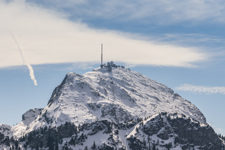 Ein Blick hinüber zum Wendelsteingipfel, auf dem noch viel Schnee liegt