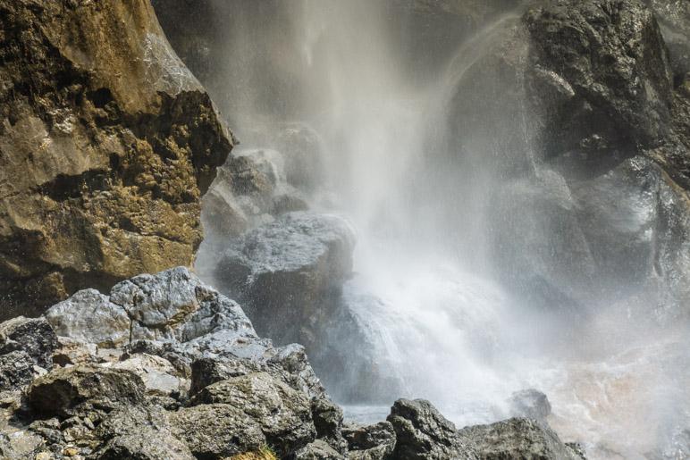 Aufstieg über die Felsen fast direkt neben dem Wasserfall