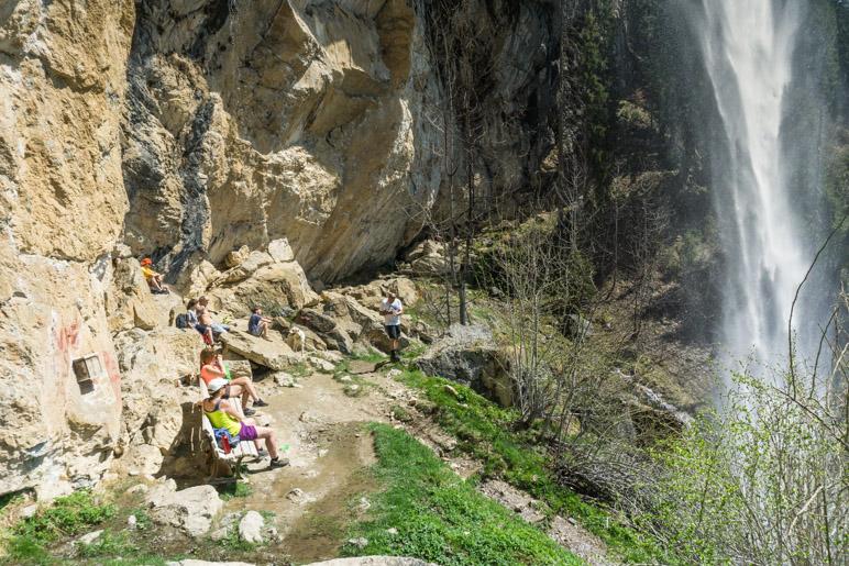 Zwischen Felswand und Wasserfall bleibt genug Platz für einige Wanderer