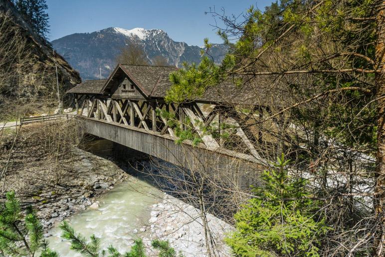 Die denkmalgechützte Holzbrücke am Klammeingang
