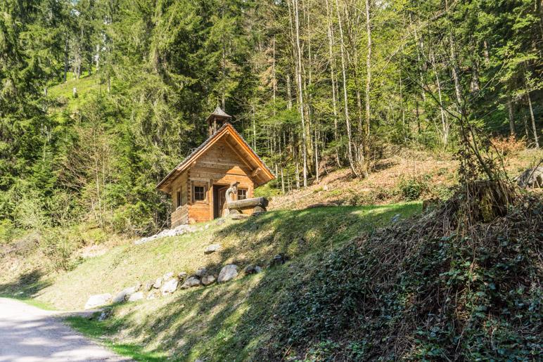 Die kleine Kapelle am Beginn des Weges
