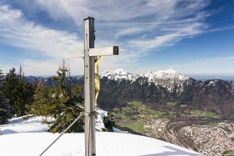 Das Gipfelkreuz nahe der Bergstation der Seilbahn mit Blick auf Bad Reichenhall und den Hochstaufen