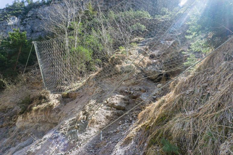 Eines der Fangnetze für Felsen entlang des Klammweges