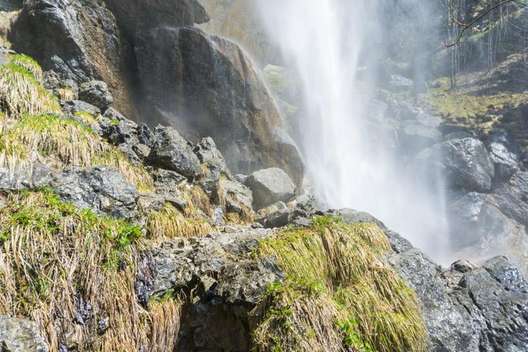 Die Wasserfälle erzeugen viel Gischt, die dann bis auf den Aufstiegsweg weht