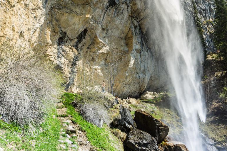 Der Schleierwasserfall und die Felswand mit den Kletterrouten