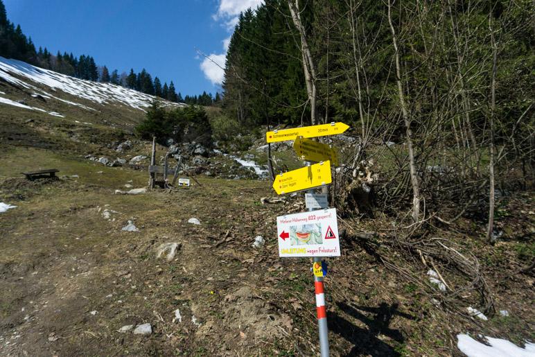Ein Hinweis auf den wegen eines Felssturzes gesperrten Weg
