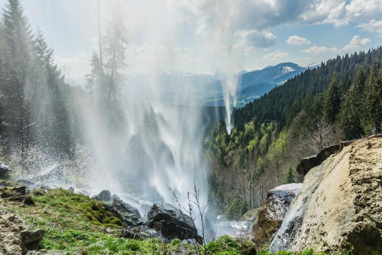 Hinter dem Schleierwasserfall im Wilden Kaiser sitzen und als Aussicht die Kitzbüheler Alpen