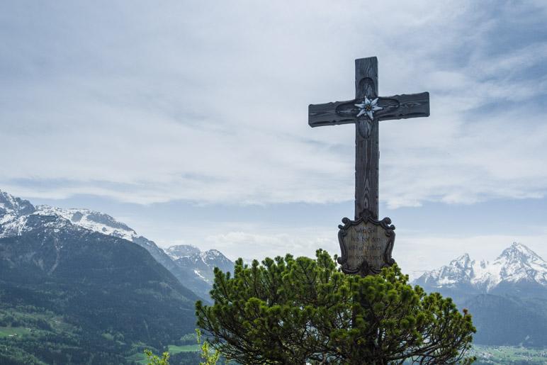 Das Gipfelkreuz der Kneifelspitze steht mitten auf der Gasthaus-Terrasse