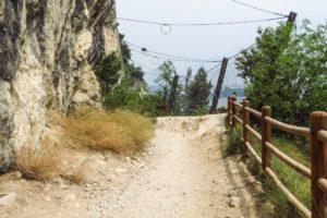 Fangnetze gegen Steinschlag und vielleicht auch, um zu ungestüme Radler vor dem Absturz zu bewahren