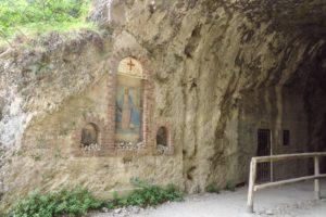 Ein Tunnelportal mit Jesusbild