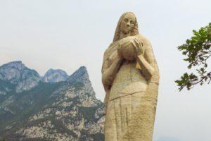 Die Regina Mundi Statue kurz vor Pregasina. Von hier aus hat man einen großartigen Ausblick auf den Gardasee