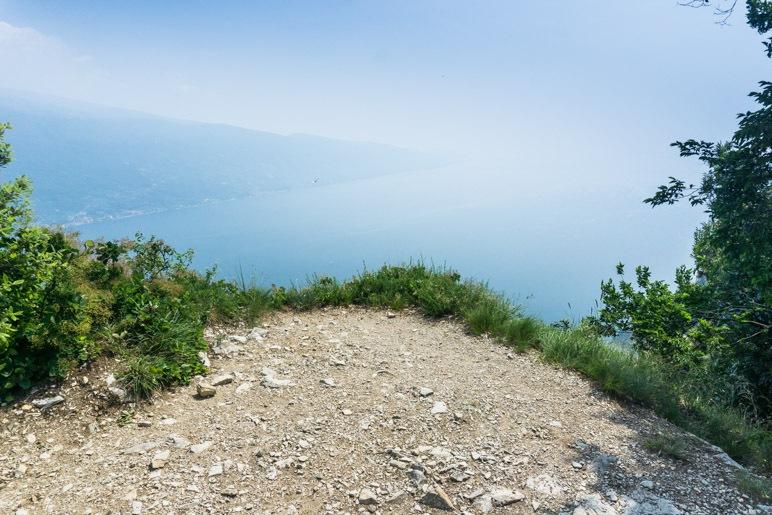 Der Blick auf den südlichen Gardasee ist, wie so oft, sehr diesig