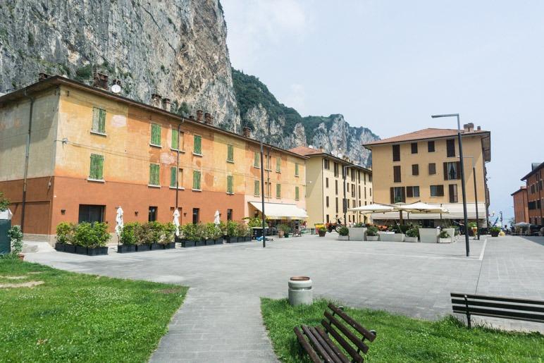 Die neu erbaute Piazza von Campione del Garda