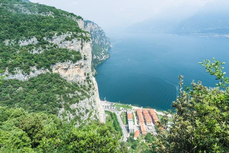 Der Gardasee und die Dächer von Campione