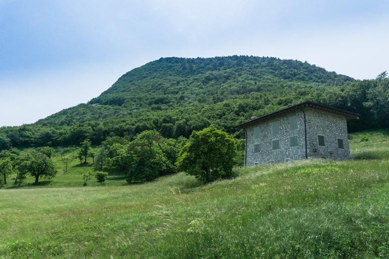 Das allein stehende Haus, dahinter der Monte Castello