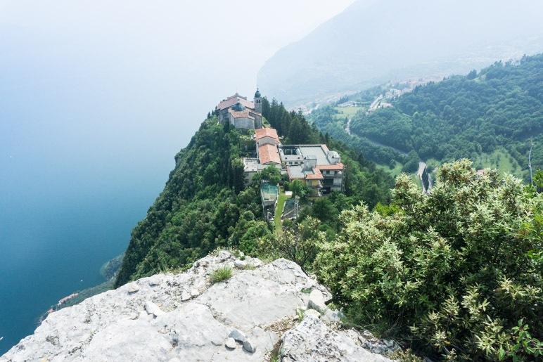 Das Santuario di Montecastello steht exponiert auf einem Felsvorsprung über dem Gardasee