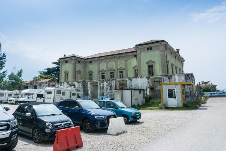 Der Schotterparkplatz in Campione
