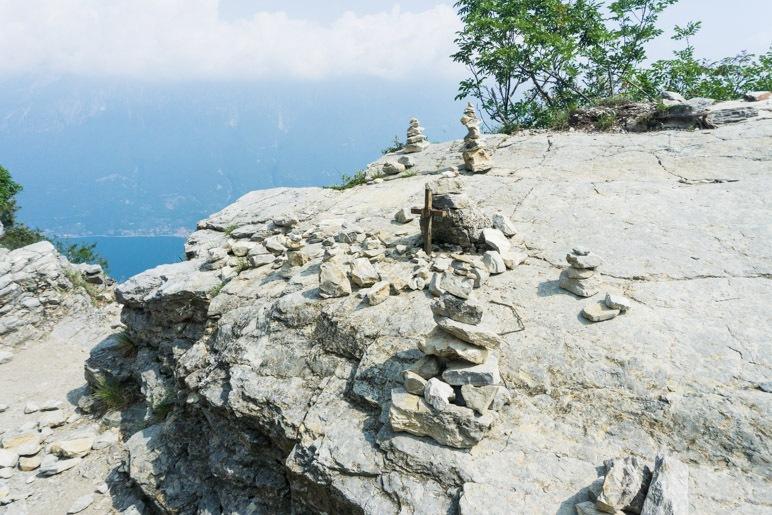 Steinmännchen und das Kreuz auf den Felsplatten